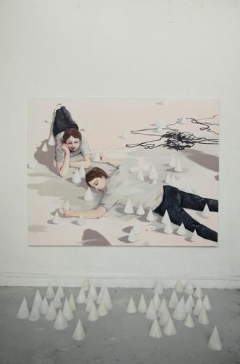 Lise Stoufflet, Cône-naître, huile sur toile et cônes en paraffine, 2014