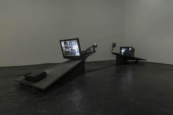 Emmanuel Le Cerf, Distiller, 2010. Bois, métal, composants électroniques, caméra, vidéoprojecteur et moniteur vidéo 400 x 80 x 50 cm. Unique. Courtesy of the artist and Galerie Escougnou-Cetraro