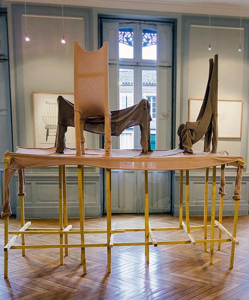 Le propre de l'homme (2014) Laine tricotée à la tricoteuse ménagère sur meubles cassés et tasseaux en bois. Dimensions variables. © Samuel Dumas Avec le soutien de Na! Fund