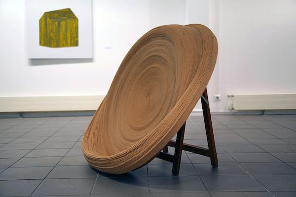 Ronde (2011) Sangle de tâpissier et tréteau en bois. Diamètre : 150 cm.