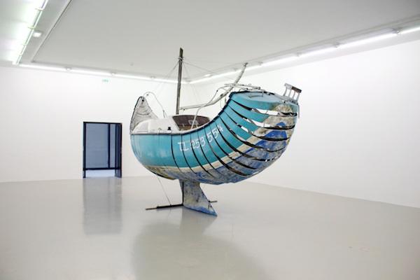 Maxime Lamarche, Course contre l'orage, Sculpture, 2015, Bateau voilier 1978' en polyester tronçonné, cables, tendeurs, charnières, 6,50 X 2,40 x 4,70 m - IAC Villeurbanne