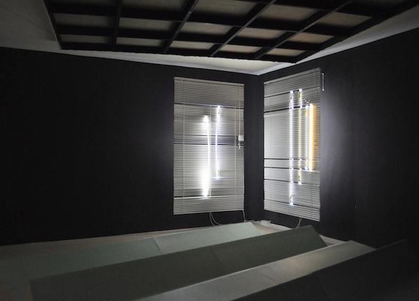Sophie Kitching, exposition Et quelques espacements, Day 1/2 - 2/2 2015 Stores vénitiens, tubes argon, câbles électriques Courtesy de Sophie Kitching