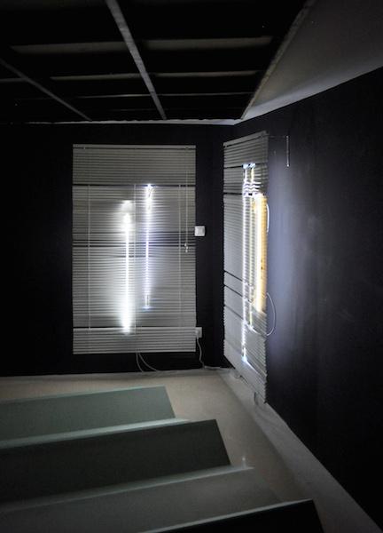 Vue d'exposition Et quelques espacements, installation Day 1/2 - 2/2, 2015, Stores vénitiens, tubes argon, câbles électriques Courtesy de Sophie Kitching