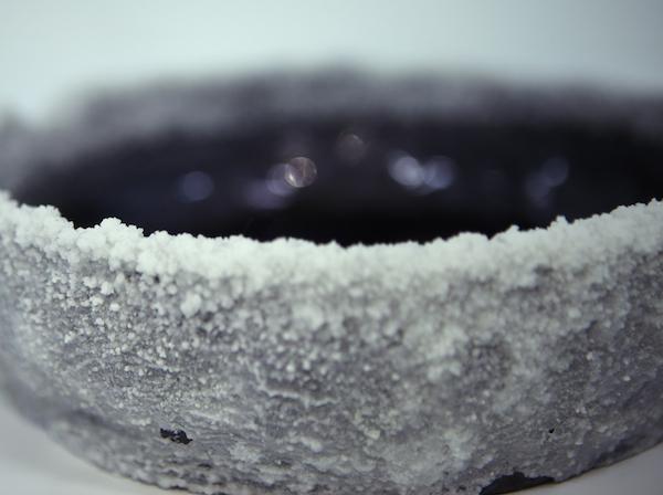 Laura O'rorke Détail d'un élément en céramique et cristal d'alun du Banquet, dernier volet perforé du projet Téloméris, Exposition Polder II, Glassbox 2015