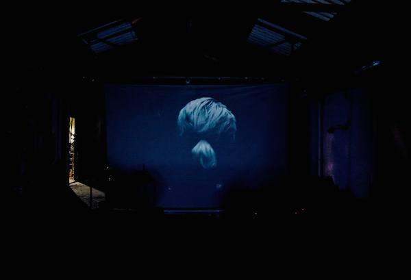 Laura O'rorke Vidéo Quarry projetée l'Amour, Bagnolet, lors de la performance Aposuspita, mars 2015