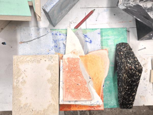 Fragments et diverses expérimentations dans l'atelier d'Emilie Duserre. Crédit : Emmanuelle Oddo