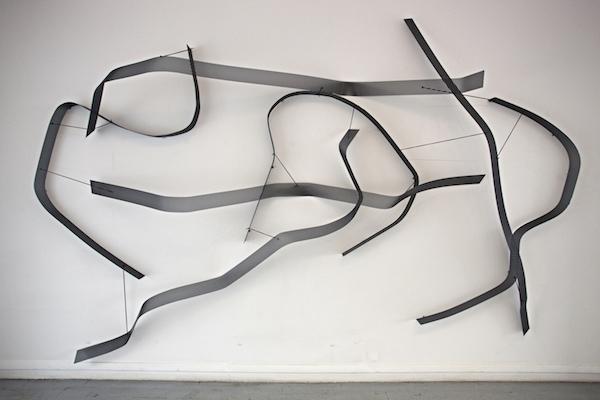 Léa Dumayet, Passage, Plaques de métal epoxy, fils de cuir, 310 x 220 x 35 cm, Exposition personnelle Faut que ça tienne?, Galerie du CROUS, Paris, 2015