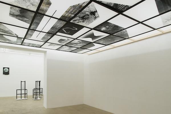 """Vue d'exposition """"Pia Rondé et Fabien Saleil, La campagne est noire de soleil"""" Galerie Escougnou-Cetraro"""