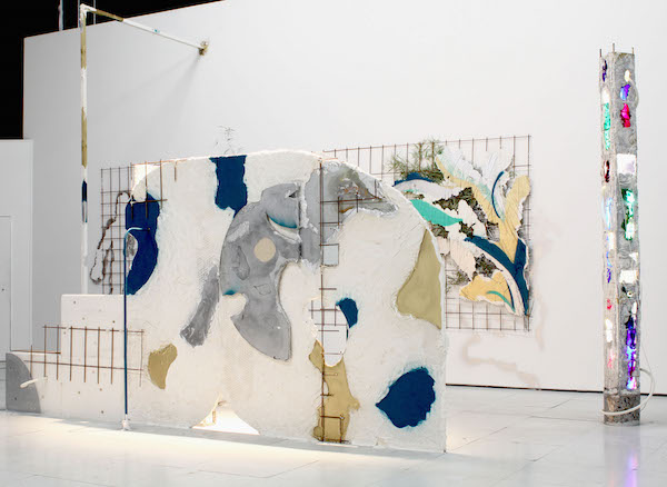 Romain Vicari, (Arajuba) Miel couleur D'Orée, Installation in situ en résine plâtre bois métal, ampoules colorées Exposition des Félicités Les Voyageurs , Palais des Beaux-Arts de Paris, 2015