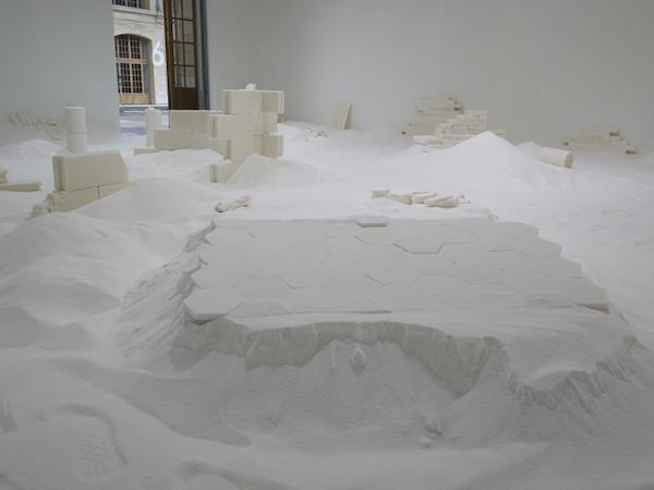Vestiges, 2014, 100 mètres carrés, sucre cristal. Vue de l'exposition Avec motifs apparents, le 104, Paris. Photo : Marc Domage, Erell Perrodo.