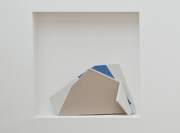 Pli #1, 2014. Papier, plaque de plâtre, 35 x 60 x 6 cm.