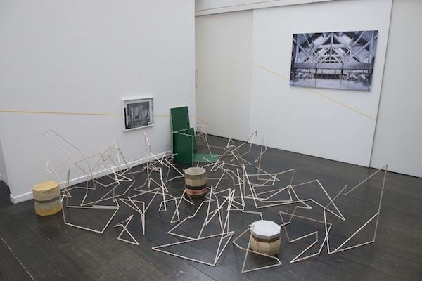 Convergence Line, installation in situ, 2016. Bois balsa, colle, ruban adhésif jaune. Galerie Mélanie Rio, Paris. Crédits Photo: Erwann Le gars.