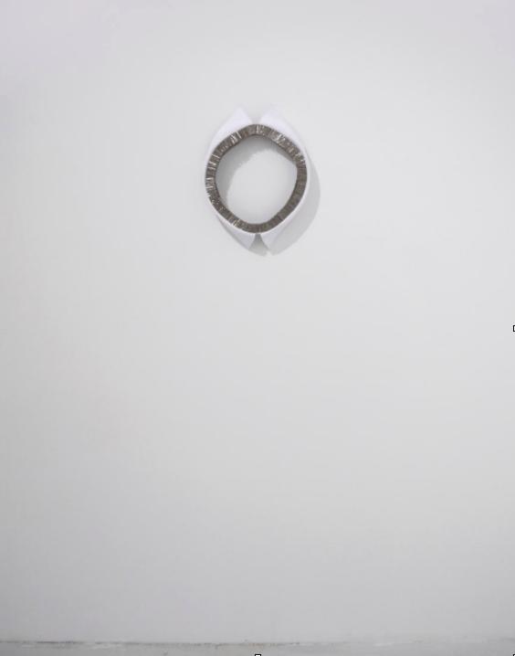 Floryan Varennes, «Dyade». Cols Blancs, épingles, accroches murales en aluminium, diamètre 30 cm, 2016.