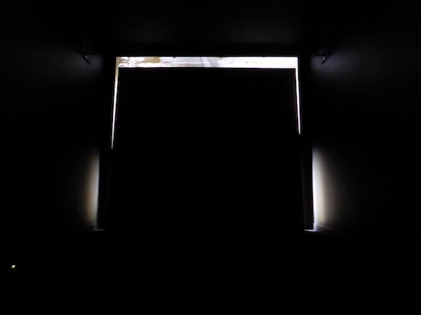 Benjamin L. AMAN, La Forteresse et le fleuve, 2016 [Détail: installation composée de son, d'objets, de répliques d'objets, d'une découpe murale, de lumières) Vue de l'exposition L'Inconnue de la Seine – Un Songe, 2016 © Photo: Marie Cantos