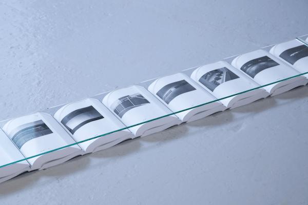 Ligne (détail), 2016, livres et verre clair, 21,6 x 380 cm