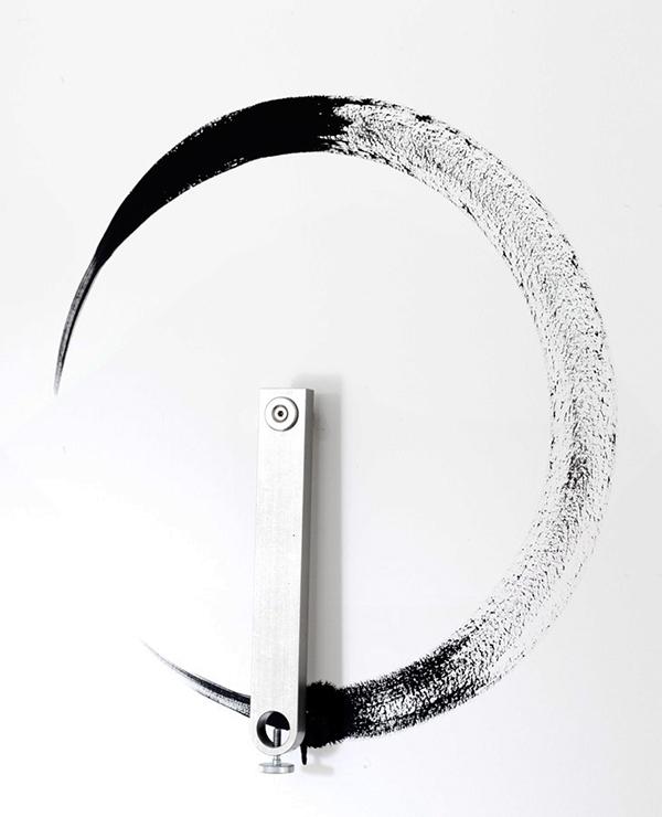 Tourelles, 2013. 7 bras en acier inoxydable et acrylique sur mur, dimensions variables © Sylvain Bonniol