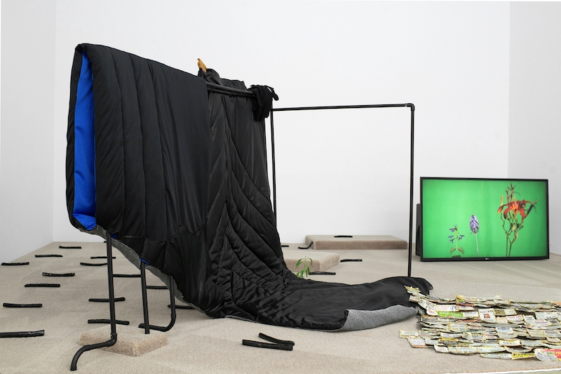 Bust et Penny Perspective, 2016 Bons de réductions, feuilles à dorer, moquette, lycra, soie, PVC, terre cuite émaillée, plantes Vidéo 4:22 HD, son, couleur avec Valentin Lewandowski (vidéo, son, montage) Courtesy des artistes et Galerie Escougnou-Cetraro
