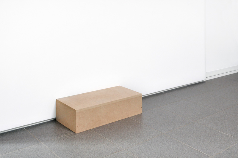 Sans titre, 2014 - … Cette série, initiée en 2014, consiste à disposer dans chaque lieu d'exposition un élément provenant d'une exposition précédente (fragment d'oeuvre, signe du lieu, etc.), comme pour suspendre le devenir des choses dans l'attente d'un prochain geste.
