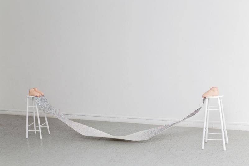 Marion Bénard, Vertige 2016. 2 tabourets, 4 pieds en plâtre polyester recouvert de peinture vinylique, aquarelle sur papier, 86 x 330 x 28 cm. Photo : Laurent Ardhuin