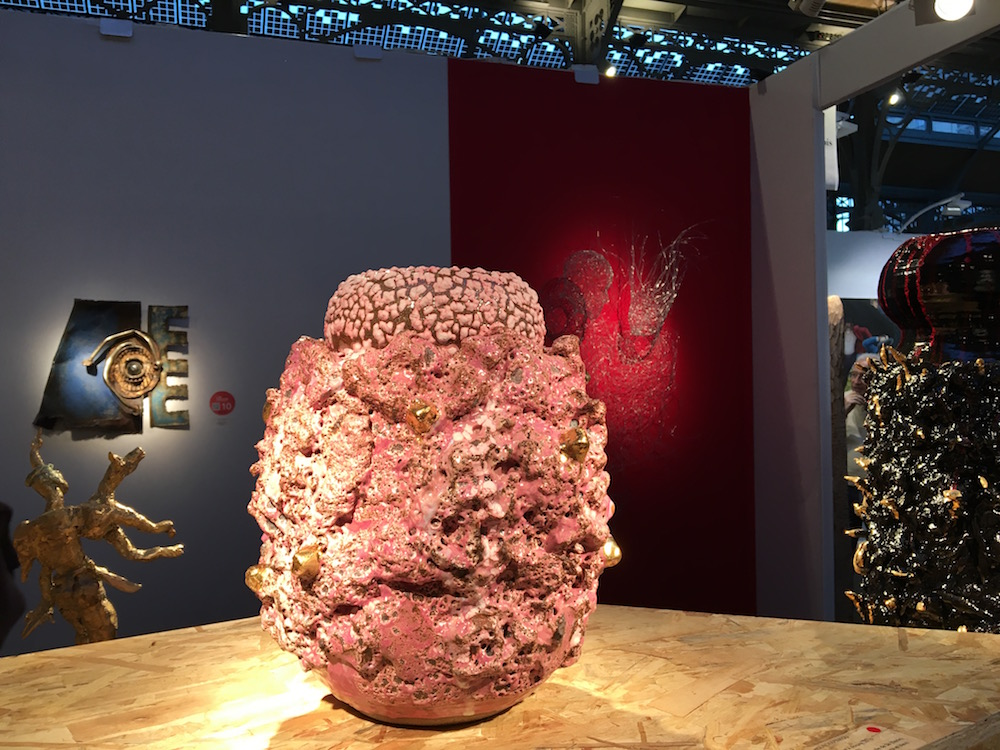 Au premier plan : Vase sculptural rose à dorure de King Houndekpinkou (Galerie Vallois, Paris)