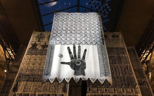 Installation Maîtres invisibles de Rachid Koraïchi - AKAA Paris