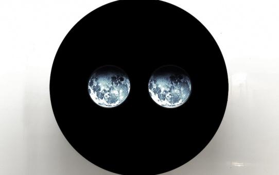 Deux lunes, 2016 - Dispositif vidéo. Dimensions ø 100 cm ©ADAGP - Nicolas Tourte / Galerie Laure Roynette