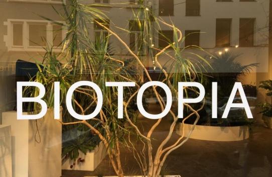 Galerie Martine Ehmer à donné CARTE BLANCHE à Jacqueline Ezman pour la mise en scène de BIOTOPIA sous l'éclairage des projections de film et vidéo de Sophie Saporosi