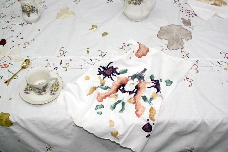 Le dîner en famille, installation, 2013, broderies sur nappe et serviettes, vue de l'exposition Cette famille, Angle 2, à la Conserverie, Metz.