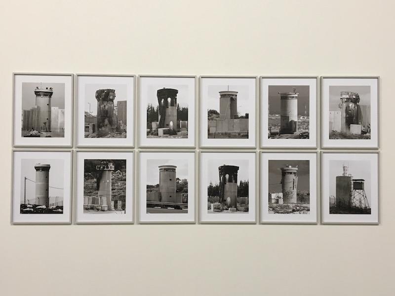 Taysir Batniji, watchtowers in West bank, Palestine). 26 tirages Lambda sur papier coton. 50 x 40 cm chaque. Courtesy de l'ratiste et Sfeir Semler Gallery, Hambourg / Beyrouth