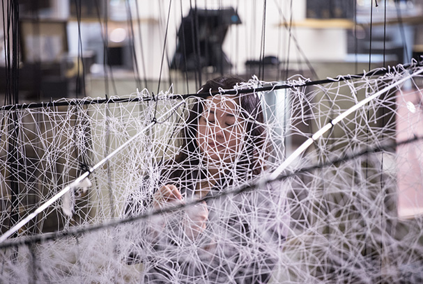 Chiharu Shiota, Where are we going ? Le Bon Marché Rive Gauche Paris. Making Of - Photo : Gabriel de la Chapelle