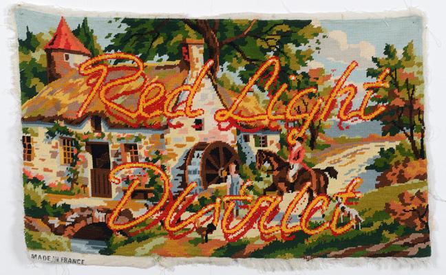 Andoni Maillard, Redlightdistrict, 2014. Point de croix sur canevas, 70 x 43 cm.