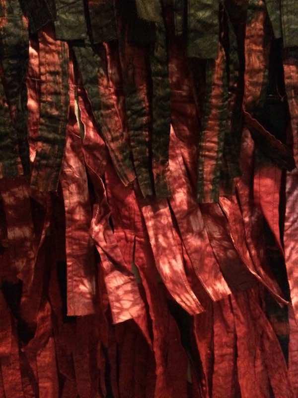 KONATÉ, Plumage ocre numéro 2, fév. 2012 255 x 166 cm, tissu teint et cousu / 224 x 157 cm, tissu teint et cousu COURTESY DE L'ARTISTE ET VIP GALLERY, Marseille
