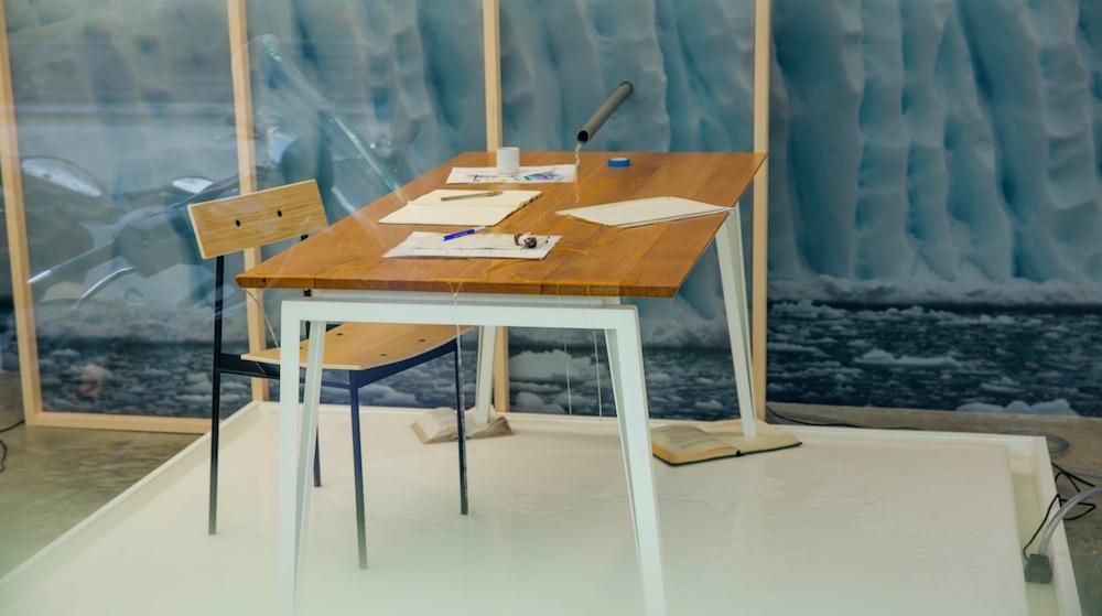 Jérôme Dumetz, la mémoire de l'eau, 2017. Paysage sur papier, bâche, eau, bureau personnel.