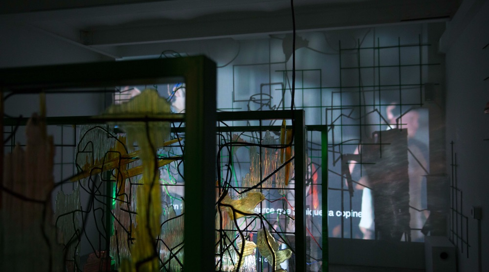 Neil Beloufa, Data for Desire, Vidéo : 2015. Installation : 2017. Techniques : Acier, fer à béton, résine epoxy, moustiquaire, projecteur (Court. Galerie Balice & Hertling, Paris)