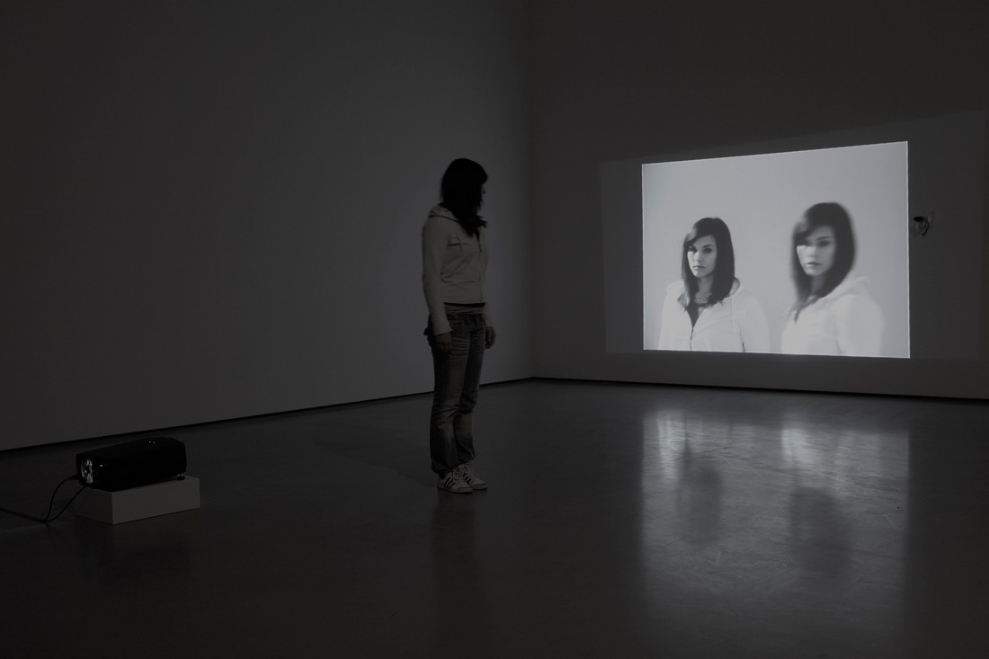 Anamnesis 1973 Peter Campus Installation vidéo en circuit fermé, 1 caméra vidéo noir et blanc, 1 vidéoprojecteur, 1 mixer vidéo, 1 délai. Fondation Louis Vuitton, Paris. Installation à la Albion Gallery, Londres, en 1973 – Photo Ed Reeve. © Peter Campus 2017