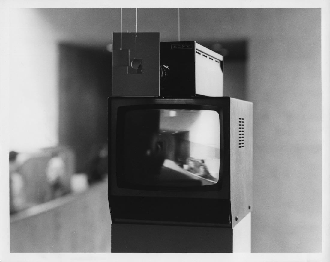 Kiva 1971 Peter Campus Installation vidéo en circuit fermé, dimensions variables, 1 caméra vidéo de surveillance, 1 moniteur video CRT, 2 miroirs, fils de nylon. Courtesy de l'artiste et de la Cristin Tierney Gallery. Installation à l'Everson Museum of Art, Syracuse, 1974. Photo Christopher Coughlan, courtesy Paula Cooper Gallery © Peter Campus 2017