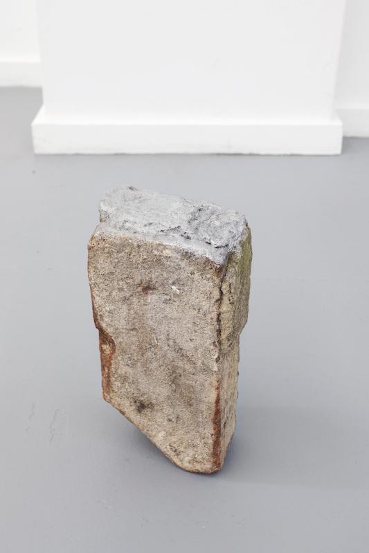 Behold, 2014. Brique, béton, pastel à l'huile, 24 x 13 x 7 cm. Courtesy L'Atelier-Ksr Berlin.
