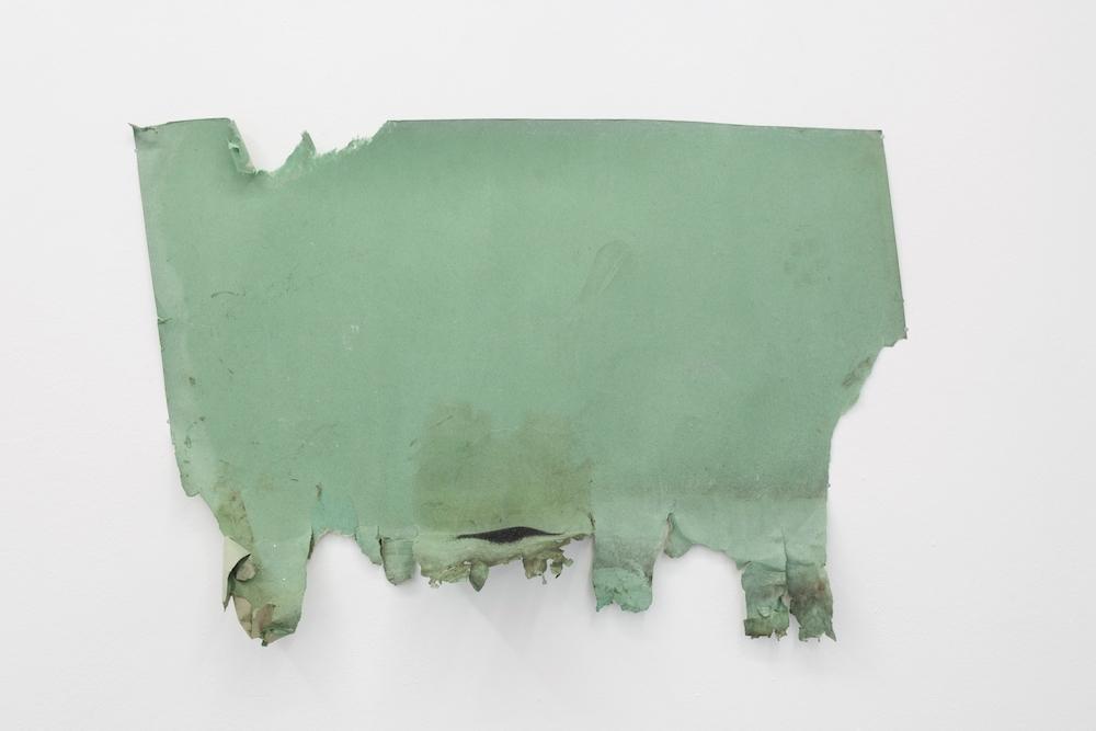 Podium, 2013. Papier peint brûlé et paillettes, 98 x 70 cm. Courtesy L'Atelier-Ksr Berlin.