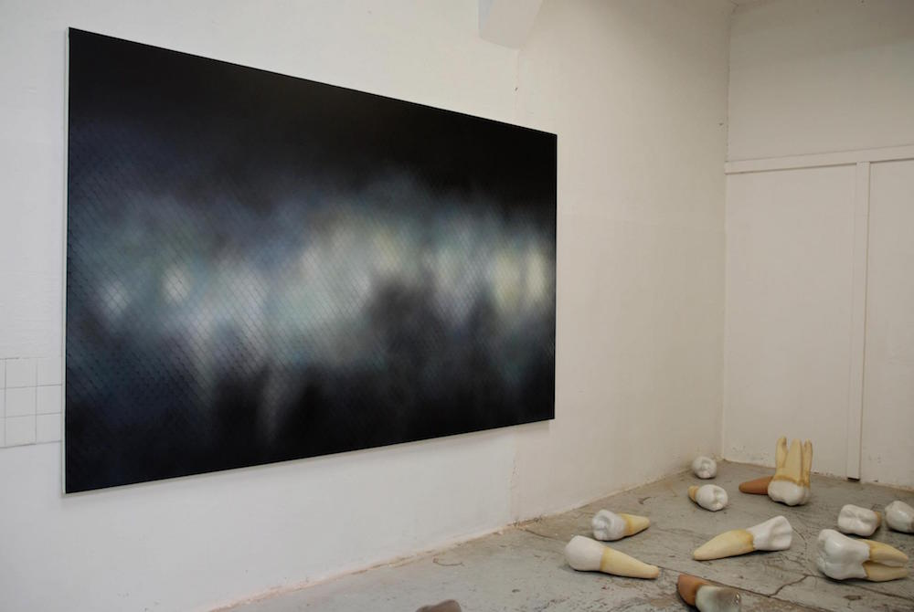 """Vue d'exposition """"Errance"""" avec Nicolas Delprat """"zone 7"""" acrylique sur toile 180 x 300 cm, 2011 et Rachel Labastie, Serie Dents grès et email, 2011 - Espace d'art Les Salaisons"""