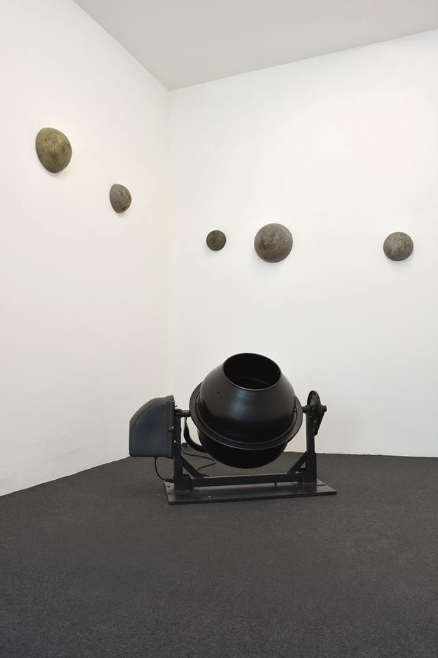 Cécile Beau, Accrétion, 2017, Installation, Bétonnière, béton, sable, charbon, roches volcaniques, dimensions variables