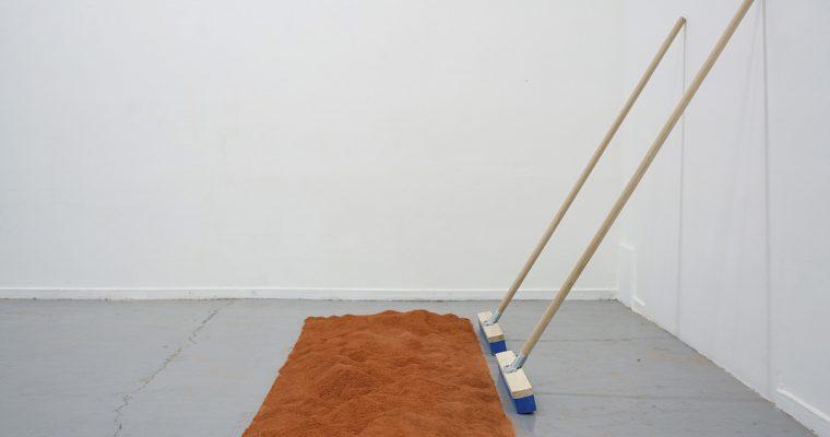 [FOCUS] Performance, Taches (du sol aux murs, une chute s'étend), Claire Chassot