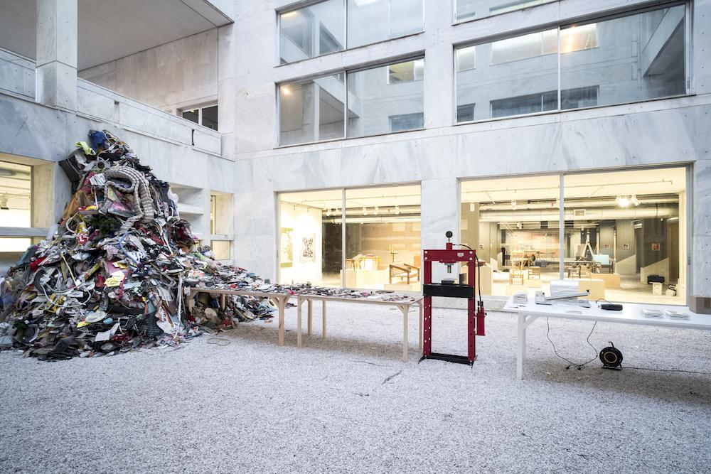 Daniel Knorr, Βιβλίο Καλλιτέχνη, 2017, installation view, Athens Conservatoire (Odeion) © Daniel Knorr/VG Bild-Kunst, Bonn 2017. Photo : Mathias Völzke