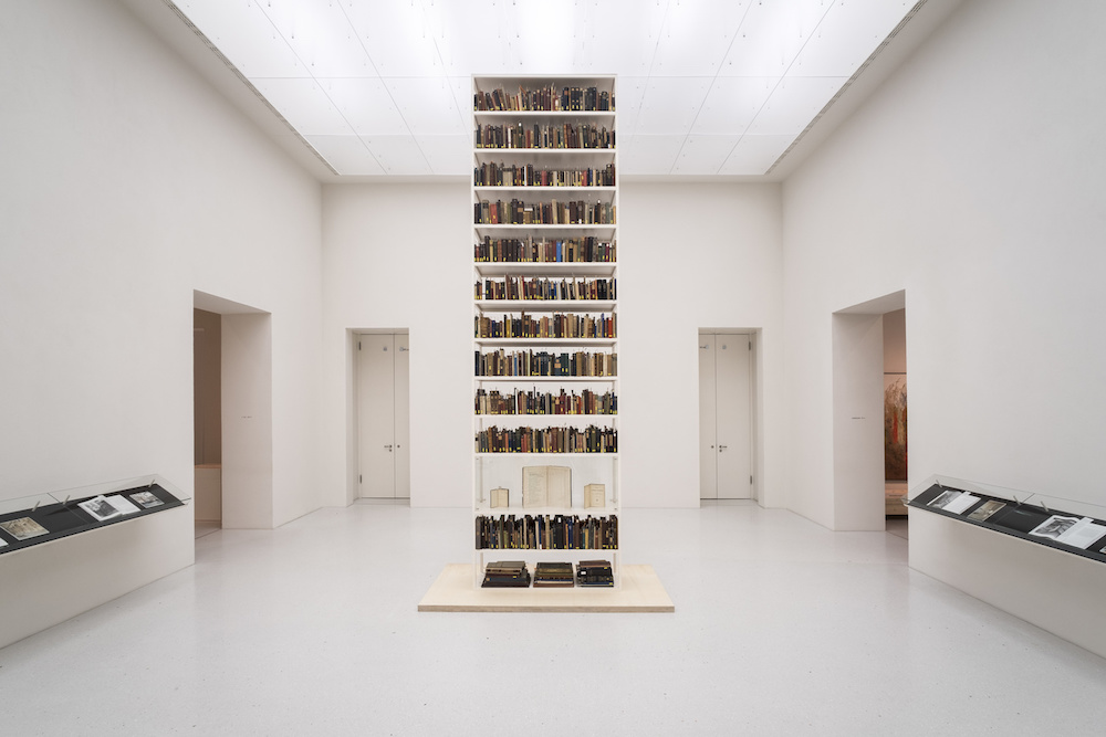 Maria Eichhorn, Unlawfully acquired books from Jewish ownership, installation view, Neue Galerie, Kassel, documenta 14, © Maria Eichhorn/VG Bild-Kunst, Bonn 2017. Photo : Mathias Völzke