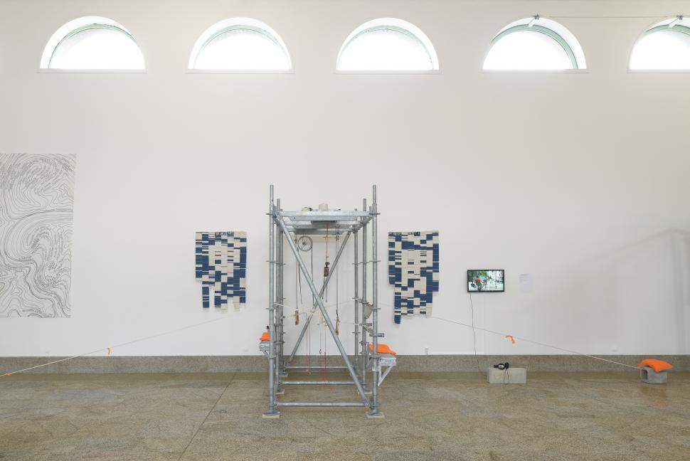 Patrick Bernier et Olive Martin, Chambre d'enregistrement textile, 2012-2013 Coton teint tissé, acier galvanisé, bois, acier, vidéo couleur, son, 19 min 19 s en boucle (FNAC 2016-0153 [1 à 49]).