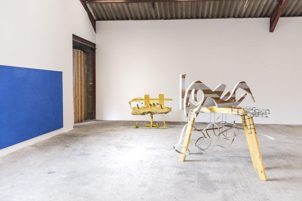 De gauche à droite : Christoph Gossweiler Sans titre (1981), Raphaël Rossi Banc (2017), Camille Besson A ten minutes break (2017). Photo : Marielys Lorthios
