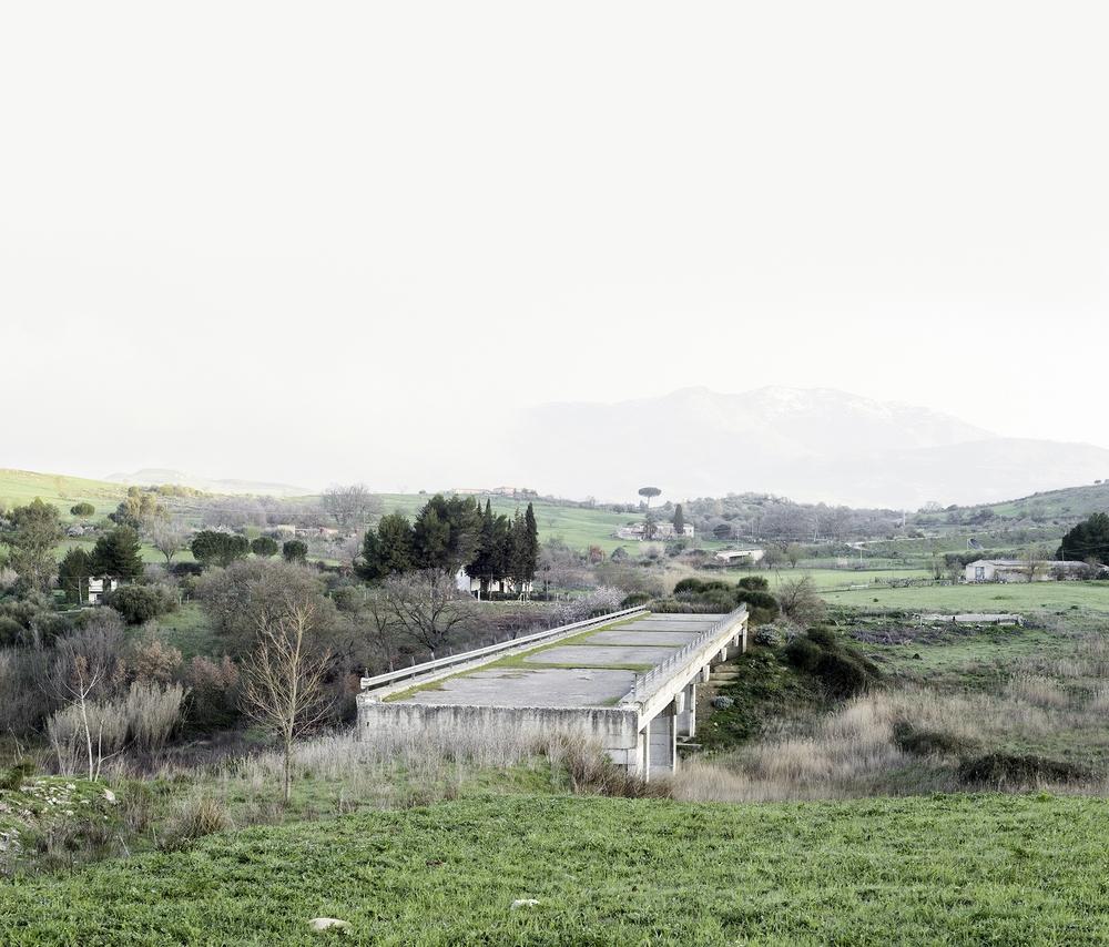Amélie Labourdette,Empire of dust, 2015.Série réalisée en Italie du sud, dans les régions de Sicile, de Calabre, de Basilicate et des Pouilles.Série de 18 photographies - Tirages pigmentaire, Papier RC - 130 x 111 cm - Dibond 2mm/ Caisse américaine.