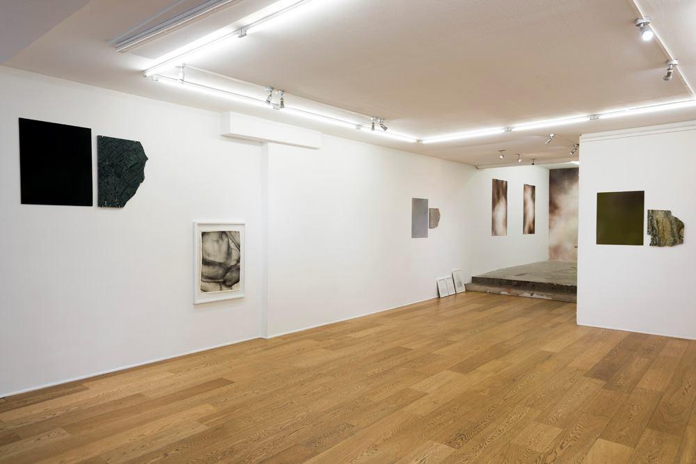 Vue de l'exposition personnelle Pensées Sédimentaires d'Amy Hilton - Galerie Fatiha Selam Paris
