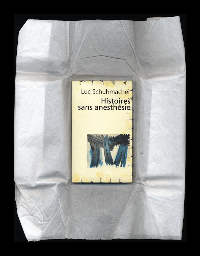 Luc Schuhmacher, Histoires sans anesthésie, 2008. Livre suturé par un médecin, Betadine jaune © Luc Schuhmacher