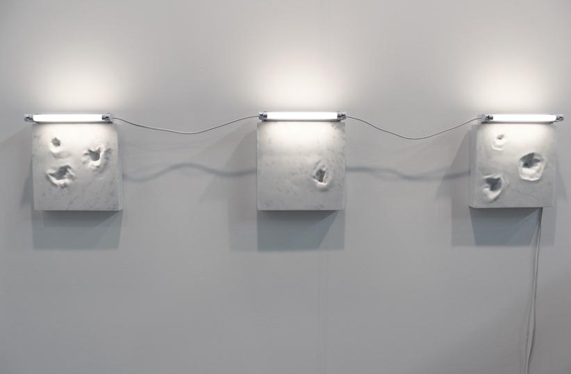 Jean-Baptiste Caron, Les secondes devenant des millénaires, 2016, 24x24x4cm, marbre de carrare, néon.