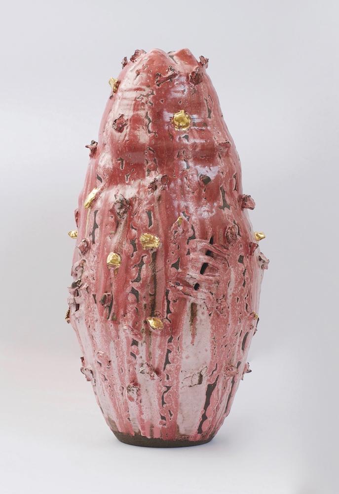 King Houndekpinkou, Gestation n°10, 2016.  Grès noirs / blanc, superposition d'émaux (rose, blanc et rouge), dorures, Ø 21 x h 50 cm. Courtesy Galerie Vallois.